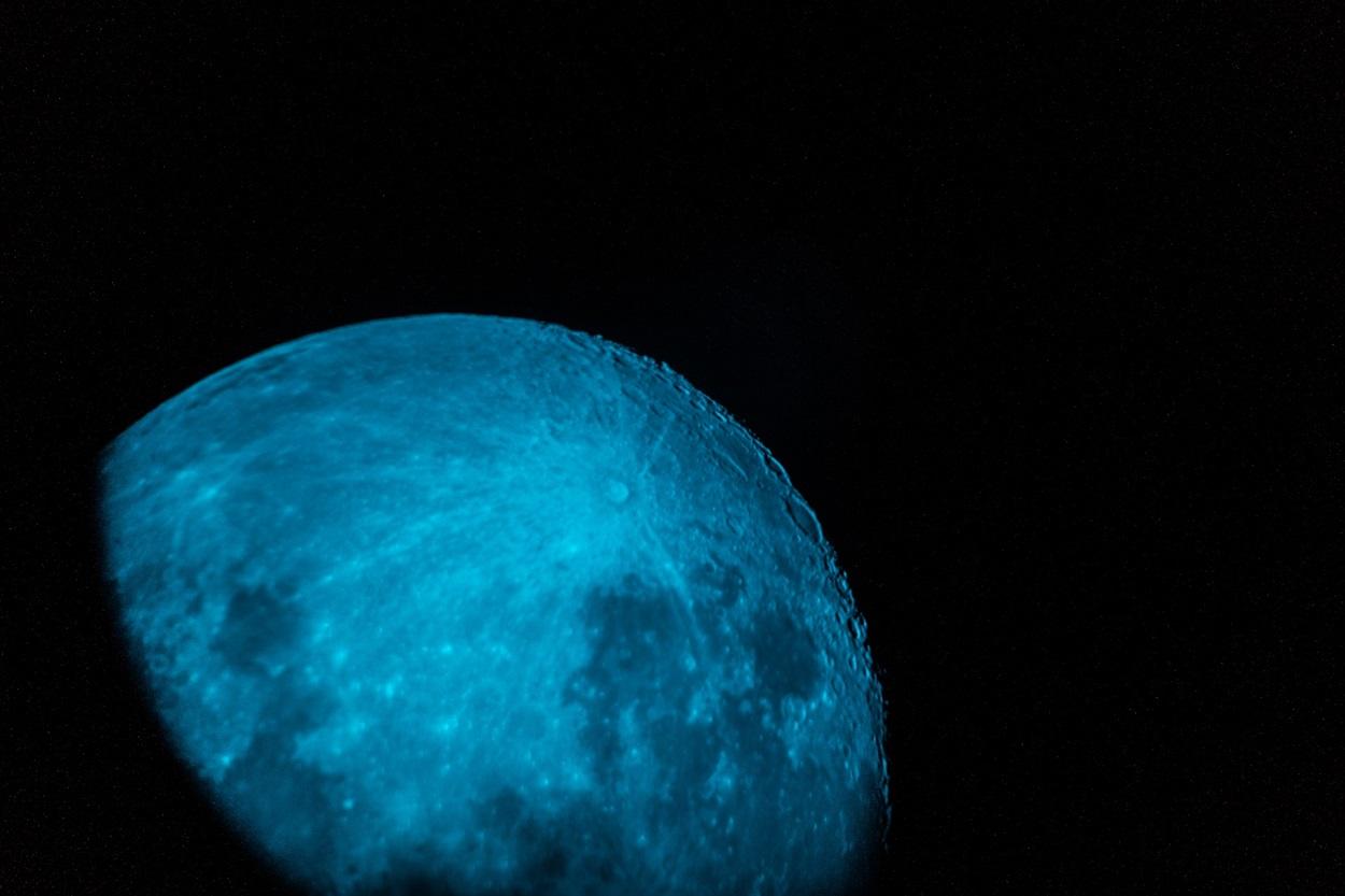 Вид на місяць у телескопі
