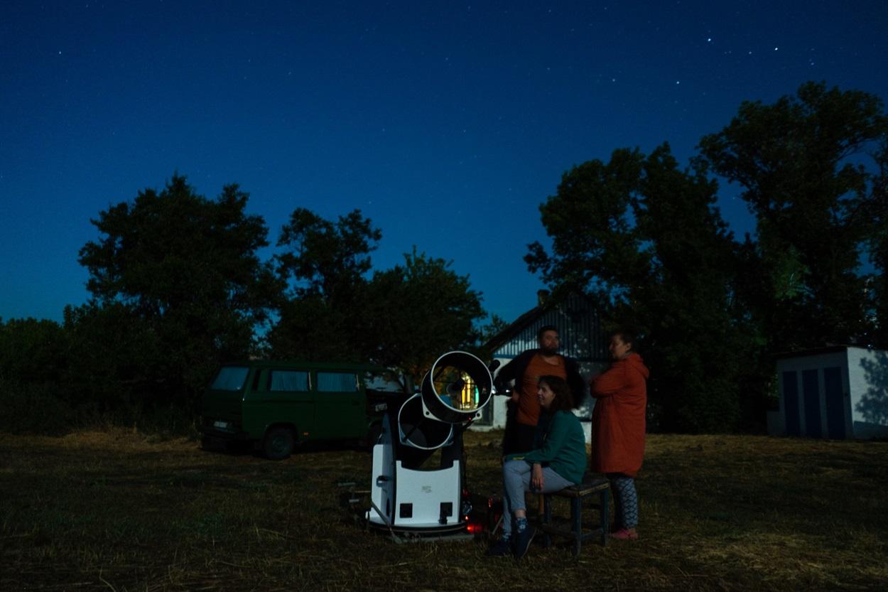 Вечірнє спостереження за галактикою в телескоп