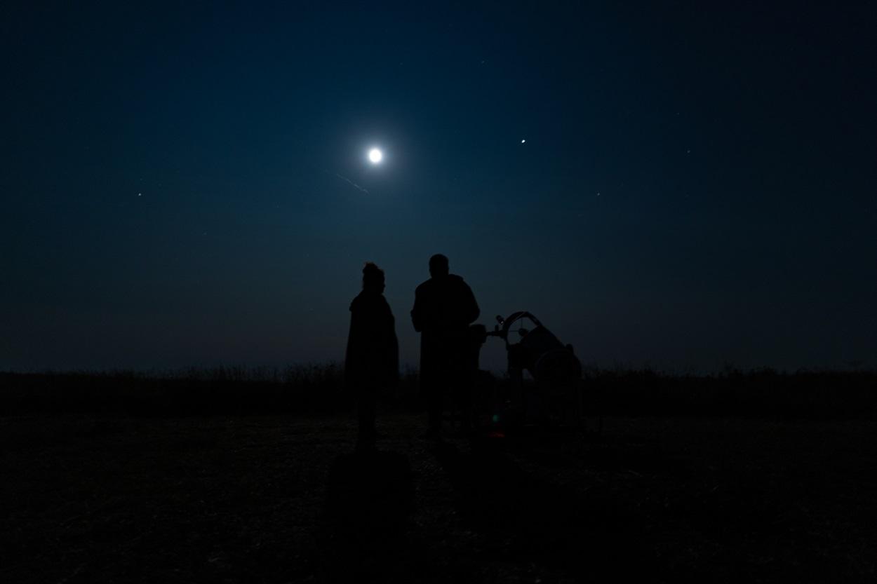 Спостерігаючи за небом, Юлія та Олексій можуть просидіти біля телескопа цілу ніч.